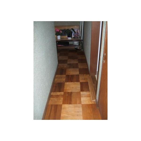 以前の廊下です。市松模様の床材は床下からの湿気等の影響を受け易く、耐久性が高くない傾向があります。