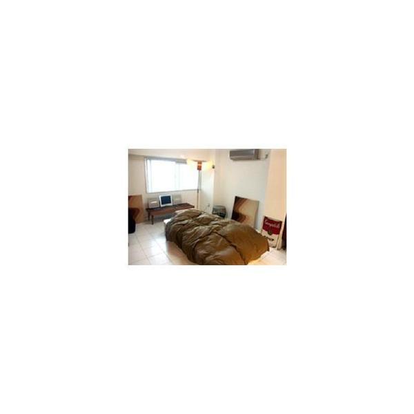 寝室へと続く間仕切り扉などのシルバー色が白をベースとした空間の中で引き立ち、更にモダンを演出。