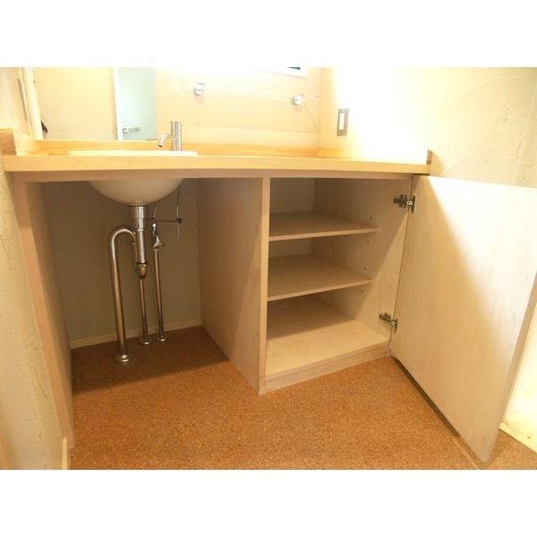 洗面台は、リビングで使用した材と同材のパイン材で造作。床はコルクと暖かみのある洗面室となりました。