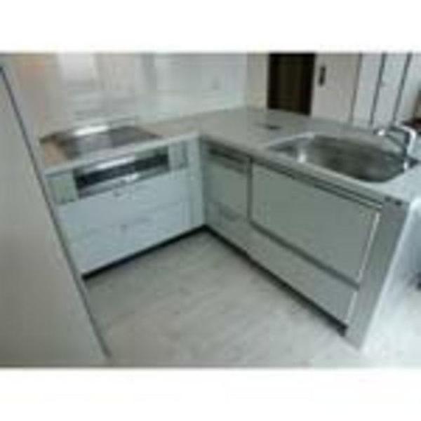 通路幅に余裕を持たせながら、シンク脇に食器洗い乾燥機を入れた効率的なコンパクトキッチン