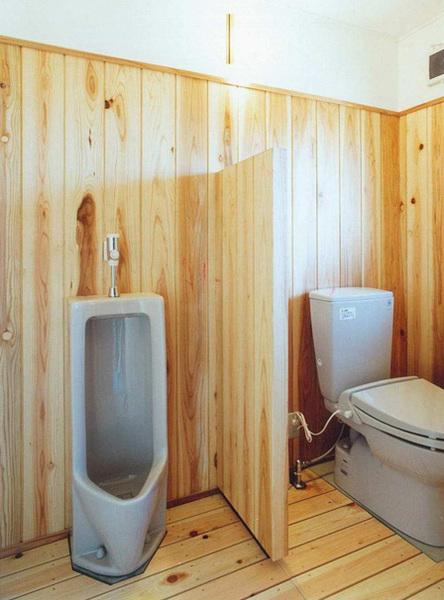 本物の木のぬくもりが感じられるトイレ