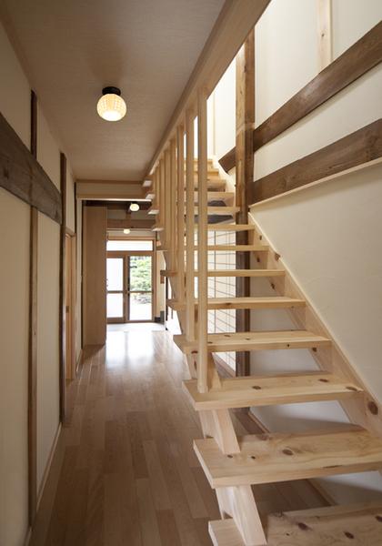 見通しの良さが特徴的な桧の階段