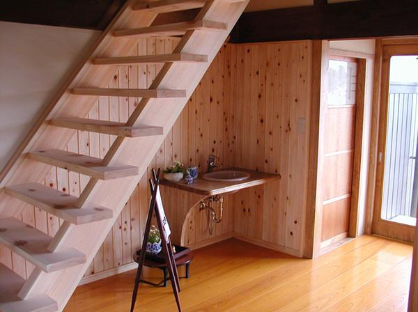 階段下のデッドスペースも有効活用できるストリップ階段