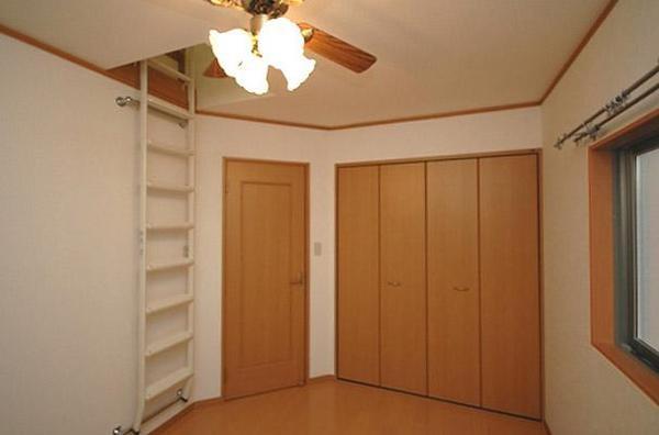 屋根裏にはたっぷり収納設計【洋室(子供部屋、寝室など)】