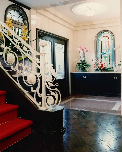 大理石と無垢材でホテルのような玄関