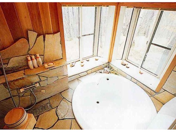 2方向に窓のある大きな浴槽の浴室