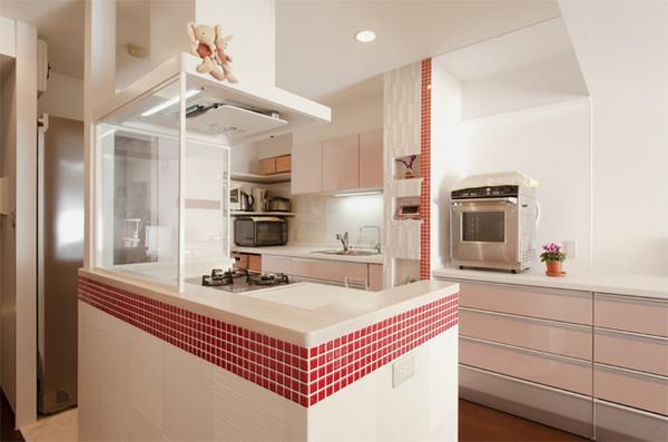 赤いアクセントタイルがcute!料理が楽しくなるキッチン
