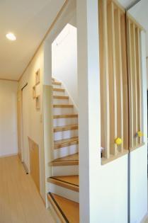 格子が特徴の階段