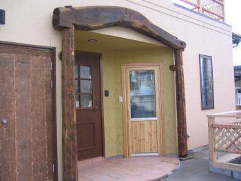 存在感ある古木を使用した玄関