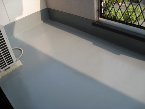 ベランダ防水を施し、窓廻りにはコーキングをうちました。