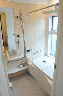 クリーム色のおしゃれな浴室