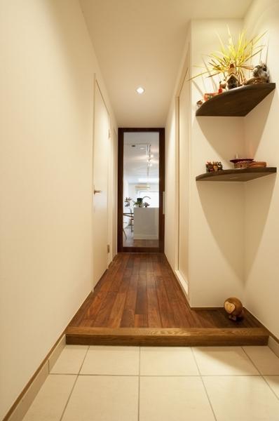 飾り棚が輝く玄関