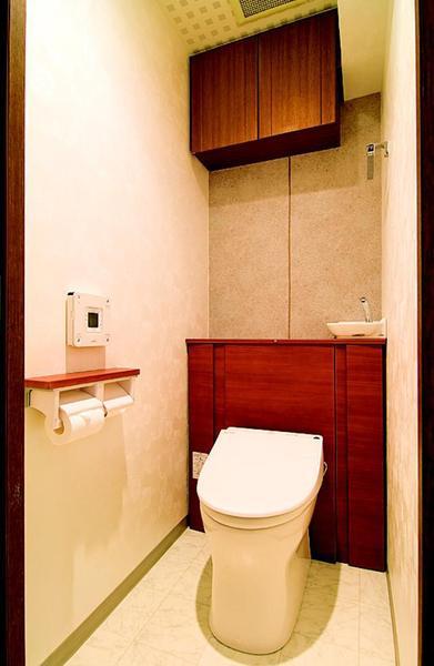 収納も充実した広々タンクレストイレ