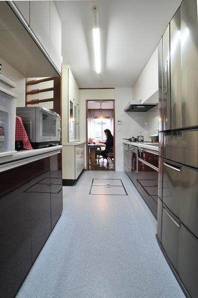 落ち着いた大きなキッチン