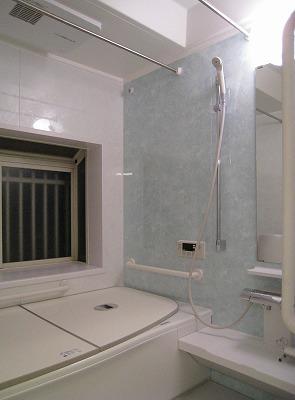 グリーンがアクセントのモダンな浴室