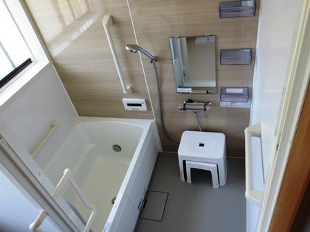 浴室のカウンターがイスにもなるユニットバス