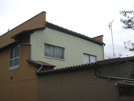窓枠との取り合いの防水処理方法は悪く雨漏りした金属外壁