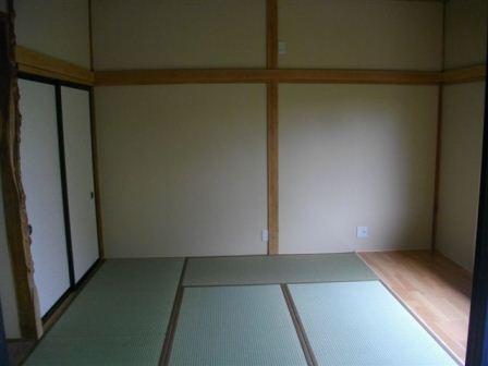 床を一新して、清潔感溢れる和室になりました。