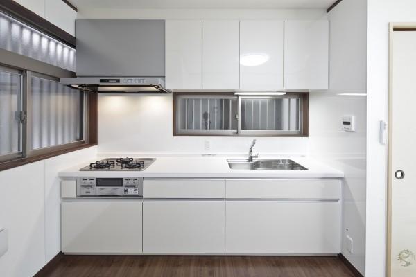 収納力と透明感をアップさせたキッチン