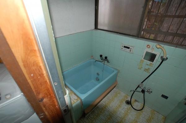 古い浴室です。老朽化が目立ちます