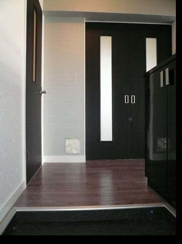 黒色の床が高級感を演出します