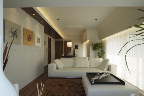 空間利用を意識した照明配置でシンプルモダンな空間に