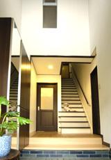 重厚な雰囲気の玄関