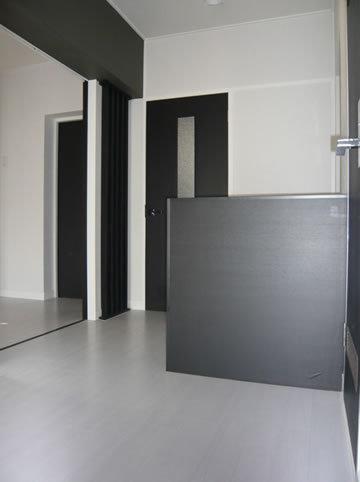 白と黒のバランスが良い洋室