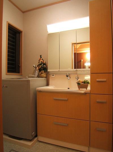 収納がしっかりついたおしゃれな洗面スペース