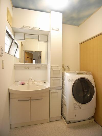 収納いっぱいの便利な洗面台