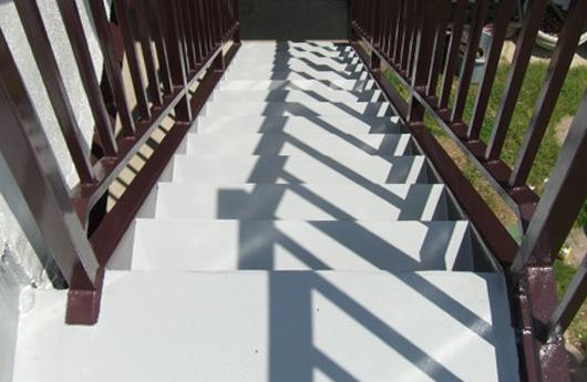 さび一つ目立たない新築のような階段