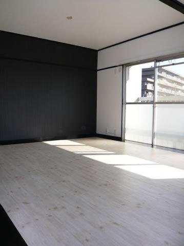 黒壁と床の無垢材との合わせ技が心地いい