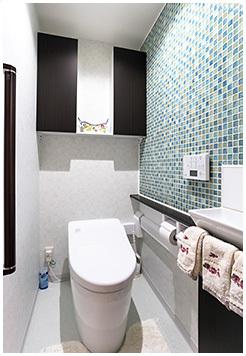 ブルータイルを貼り付けたおしゃれなトイレ