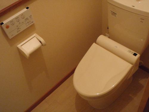 白で明るい様式トイレ