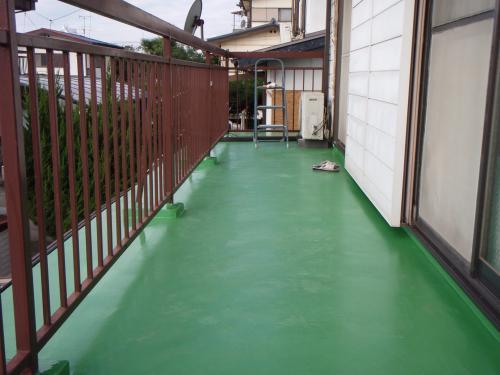 緑で鮮やかなベランダ
