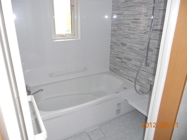 温かく清潔感ある浴室に
