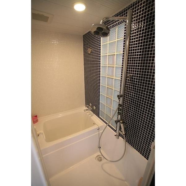 鮮やかなコバルトブルーの浴室