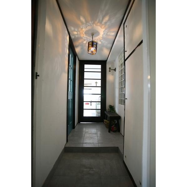 天井や壁に色とりどりの光が反射する
