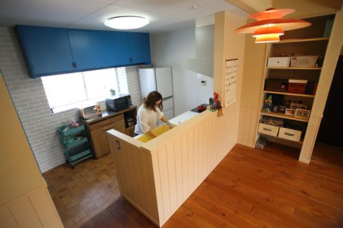 家族を見守る対面式キッチン