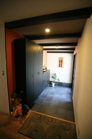 アートスペースにもなる広々とした玄関
