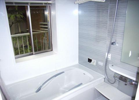 明るくスタイリッシュな浴室