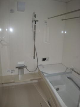 ゆったり浸かれる広々とした浴室