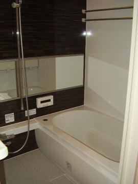 ゆったりと浸かれる広々バスルーム