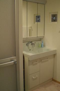 壁にステンドグラスをあしらった洗面所