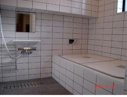 ゆったりと入れる広々バスルーム