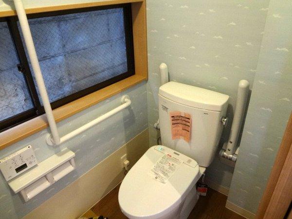 手すりを多く取り入れた安心のトイレ