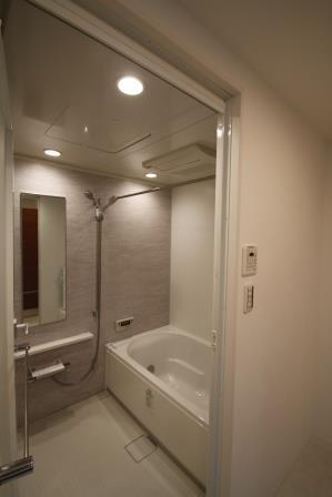モダンなデザインの浴室