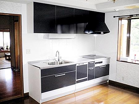 黒色が映えるキッチン