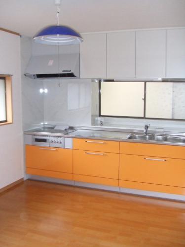 オレンジがアクセントとなる明るいキッチン