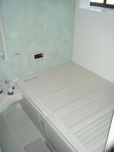 薄い青で爽やかな浴室に